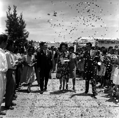Eva Sámano de López Mateos y comitiva a su paso por una de las calles de Cosio, Aguascalientes