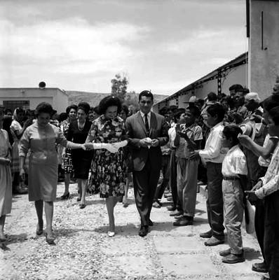 Eva Sámano de López Mateos y comitiva a su paso por una calle de Cosio, Aguascalientes