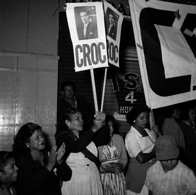 Ancianas y niños con pancartas de la CROC, en una calle durante la gira de Adolfo López Mateos, en Veracruz
