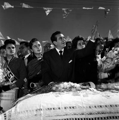 Adolfo López Mateos saludando abordo de un camión en su campaña electoral por Aguascalientes, y lo acompaña su esposa Eva Sámano