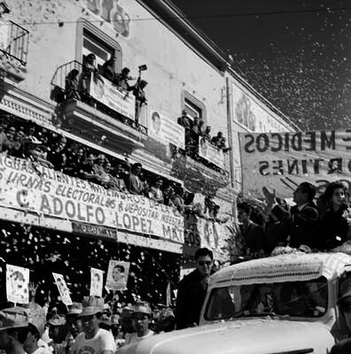 Adolfo López Mateos saludando abordo de un camión, a la gente durante su campaña electoral por Aguascalientes