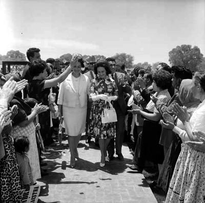 Eva Sámano de López Mateos, siendo recibida por pobladores y funcionarios durante su visita a la planta de tuna, en Ojo Caliente Zac