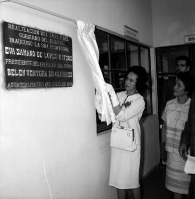 Eva Sámano de López Mateos develando la placa del centro de Orientación de Aguascalientes