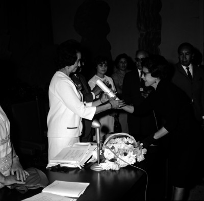 Eva Sámano de López Mateos recibiendo el titulo Honores y Causa por su labor en pro de los niños, en la Cd. de Aguascalientes