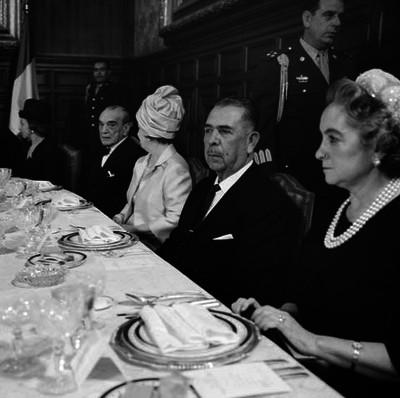 Lázaro Cárdenas, Adolfo Ruiz Cortines y esposas durante el banquete al presidente de Francia en el Palacio Nacional