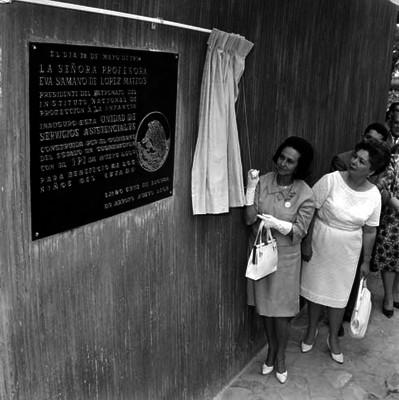 Eva Sámano de López Mateos develando una placa de la Unidad de Servicios Asistenciales