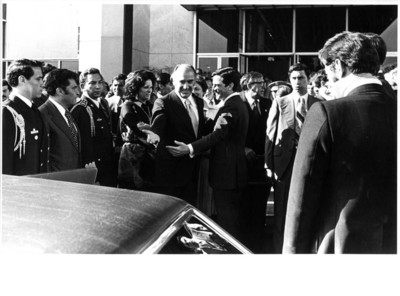 José López Portillo sonríe y extiende la mano junto al sonriente Adolfo Suárez en la entrada del aeropuerto