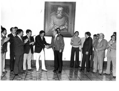 José López Portillo saluda a integrante del equipo de Futbol Americano Águilas Blancas en la residencia de los Pinos