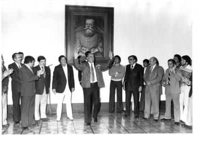 José López Portillo muestra chamarra del equipo Águilas Blancas a los integrantes de está escuadra