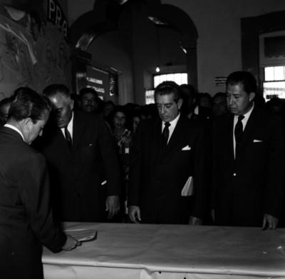 Adolfo López Mateos en compañía del gobernador Luis Ortega Douglas y Donato Miranda Fonseca, durante una ceremonia