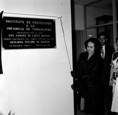 Eva Sámano de López Mateos develando la placa del Instituto de pretección a la Infancia