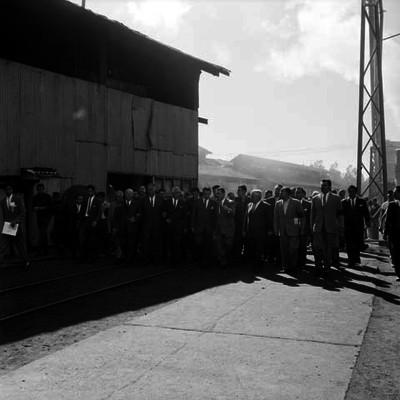 Adolfo López Mateos con funcionarios durante su visita a un taller ferrocarrilero
