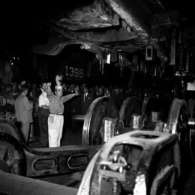 Adolfo López Mateos y funcionarios visitando taller de reparación de ferrocarriles