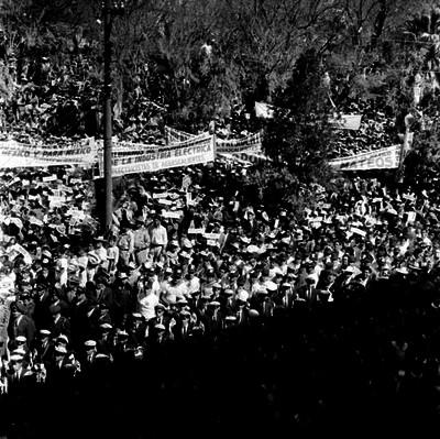 Manifestación política en apoyo a Adolfo López Mateos, frente la Catedral de Aguascalientes