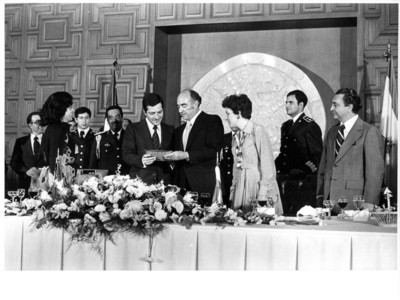 José López Portillo entrega obsequio al Presidente español Adolfo Suárez durante banquete ofrecido en la S.R.E.
