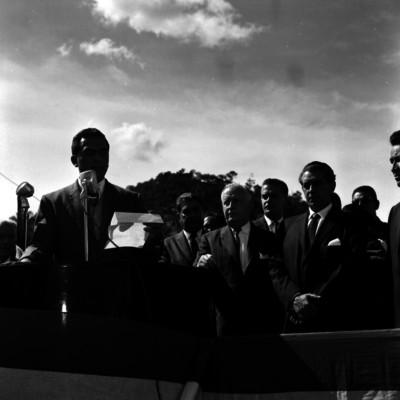 Adolfo López Mateos ante el discurso pronunciado or un hombre, durante una inauguración