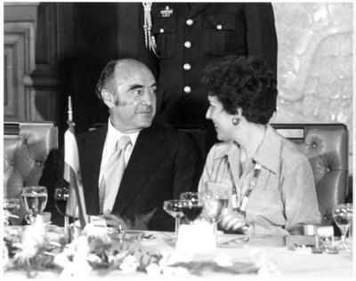 José López Portillo sentado junto a esposa de Adolfo Suárez, durante comida en la cancillería