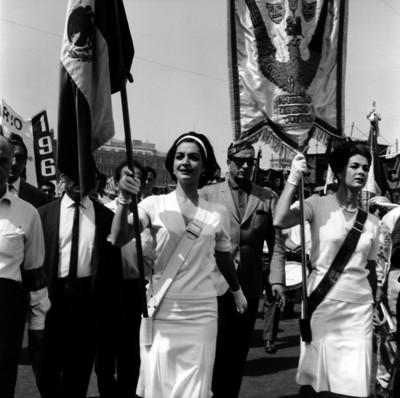 Organizaciones de actores desfilando por el Zócalo de la Ciudad