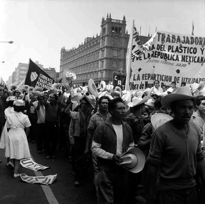 Trabajadores desfilando en el Zócalo con motivo del día del trabajo