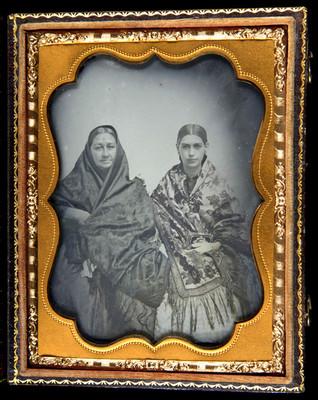 Mujeres posan con chalinas bordadas, retrato