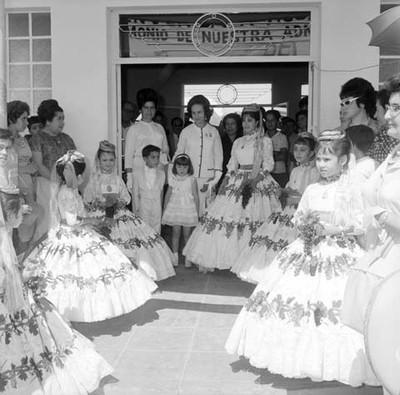 Eva Sámano de López Mateos primera dama durante un recibimiento por niñas en la Cd. de Aguascalientes