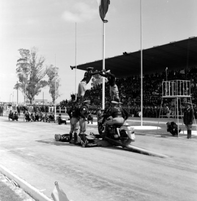 Policías del escuadrón motorizado realizado acrobacias durante un festival