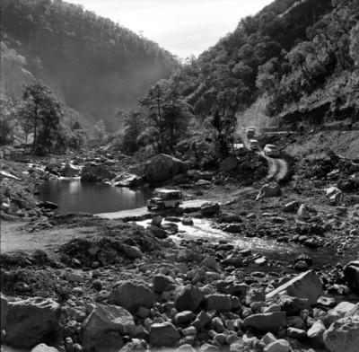 Camino de terraceria junto a un estanque en la barranca de la sierra de Chihuahua, panorámica