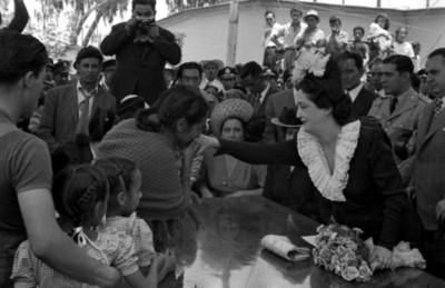 Mujer humilde besando la mano de Beatriz Velasco de Alemán en un acto de agradecimiento