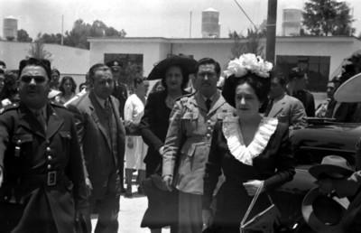 Beatriz Velasco de Alemán con militares y funcionarios