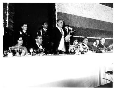 José López Portillo toma la palabra ante Julio César Turbay presidente de Colombia