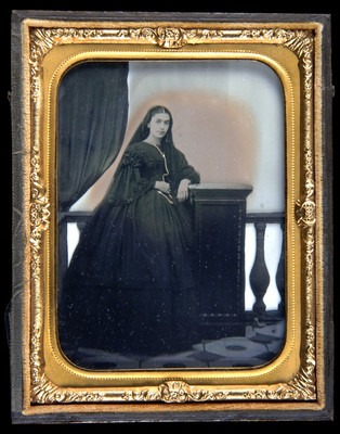 Mujer posa de pie y mira a la derecha, porta velo sobre la cabeza, retrato
