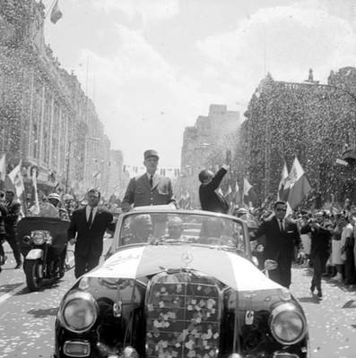 Adolfo López Mateos y Charles de Gaulle en recorrido por las calles de la ciudad de México