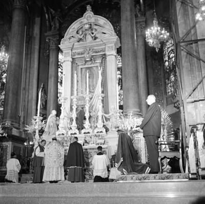 Charles de Gaulle de pie en el altar mayor de la Basílica de Guadalupe, durante la celebración de una misa
