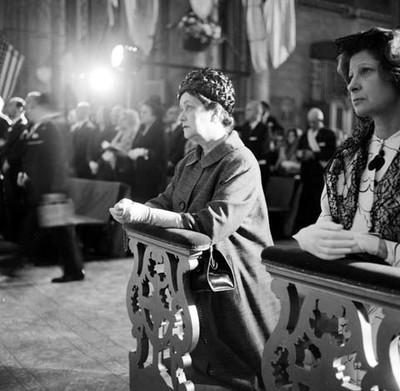 Esposa de Gaulle en un reclinatorio durante una mesa en la Basílica de Guadalupe