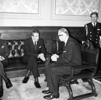 Adolfo López Mateos conversando con Fred Korth, Secretario de Marina de E.U., en Palacio Nacional
