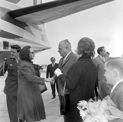 Eva Sámano de López Mateos dialogando con funcionarios de B.C.S. durante su llegada
