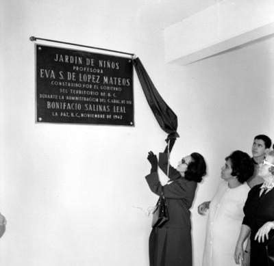 Eva Sámano de López Mateos develando placa alusiva a la construcción de un jardín de niños en L[a Paz B.C.