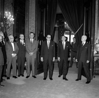 Adolfo López Mateos con médicos en el Palacio Nacional