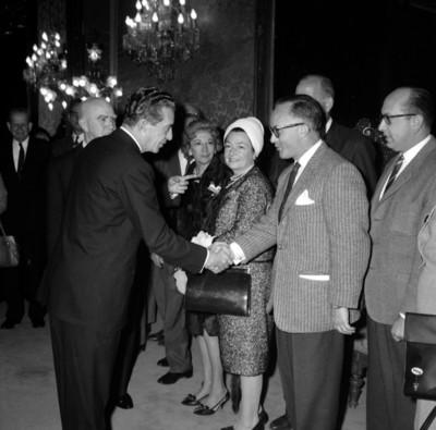 Adolfo López Mateos saludando a médicos en el Palacio Nacional