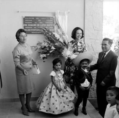 Eva Sámano de López Mateos acompañada de niños y otras personas