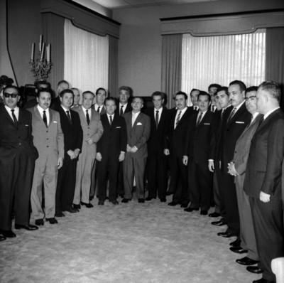 Adolfo López Mateos posando con ganaderos de Sonora en salón de Los Pinos, retrato de grupo