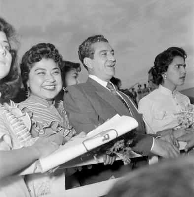 Adolfo López Mateos acompañado por mujeres durante un evento