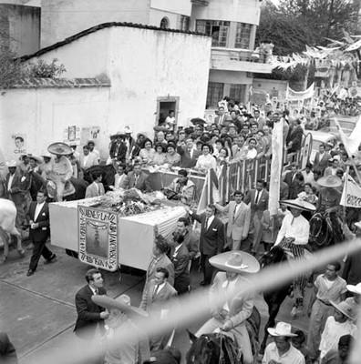 Adolfo López Mateos, esposa y partidiarios en un camión durante su campaña electoral por Cuernavaca