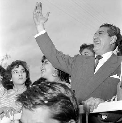 Adolfo López Mateos saluda a la gente de Cuernavaca desde un camión