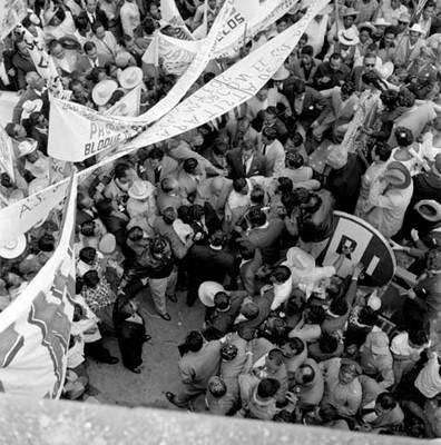 Adolfo López Mateos entre la multitud en un mitin a su favor