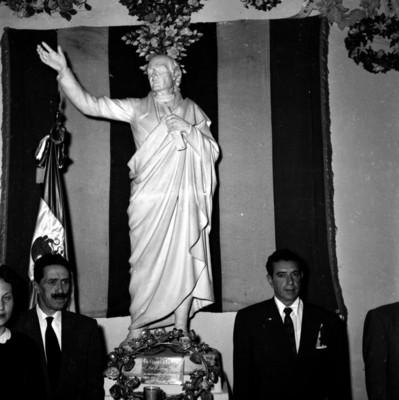 López Mateos haciendo guardia ante el monumento a Miguel Hidalgo durante su gira por Dolores Hidalgo
