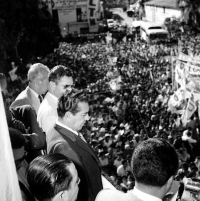 Adolfo López Mateos observando gente congregada, durante un mitin en su apoyo
