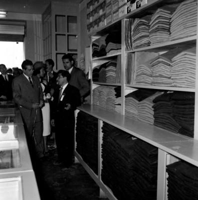 Adolf López Mateos visitando un comercio, acompañado de otras personas, durante su campaña política, en Charcas, S. L. P