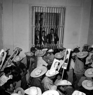 Campesinos en pro de Adolfo López Mateos, durante su campaña electoral por Matehuala