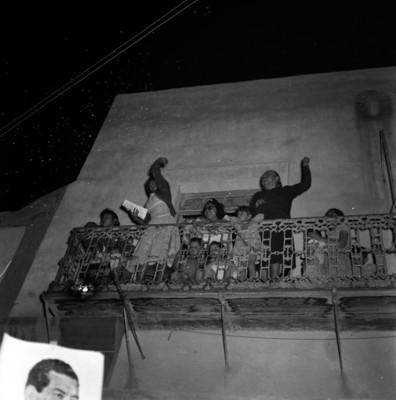 Mujeres con niños y niñas celebrando en un balcón, durante la campaña electoral de Adolfo López Mateos en Matehuala